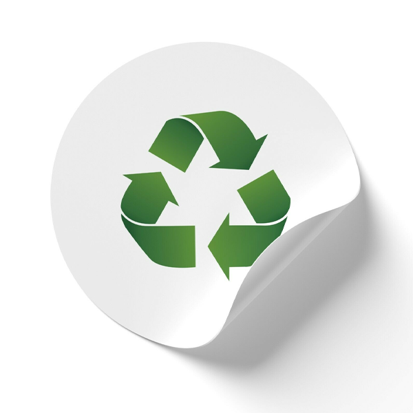 A white circle sticker with the green recycling logo on it.